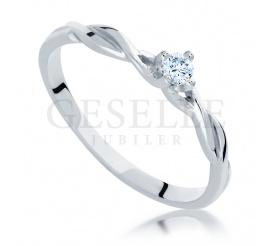 Subtelny i delikatny pierścionek zaręczynowy z brylantem 0.09 ct z oryginalną szyną z białego kruszcu