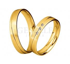 W romantycznym stylu - wąskie obrączki z żółtego złota z delikatną linią i rzędem lśniących brylantów
