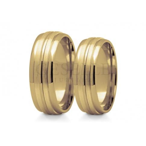 Niebanalne obrączki ślubne o półokrągłym profilu wykonane z żółtego złota połączone z dwoma krążkami satynowanego złota