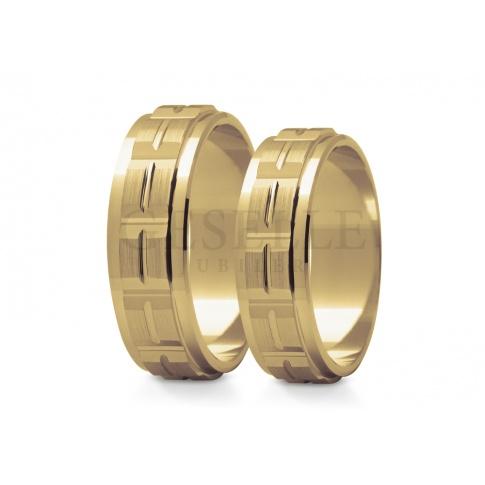 Nietuzinkowe obrączki ślubne z żółtego złota z polerowanymi bokami matowym środkiem oraz oryginalnymi nacięciami