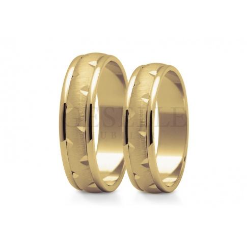 Złote obrączki ślubne z polerowanymi krawędziami oraz wnętrzem w matowym wykończeniu i diamentowanymi nacięciami