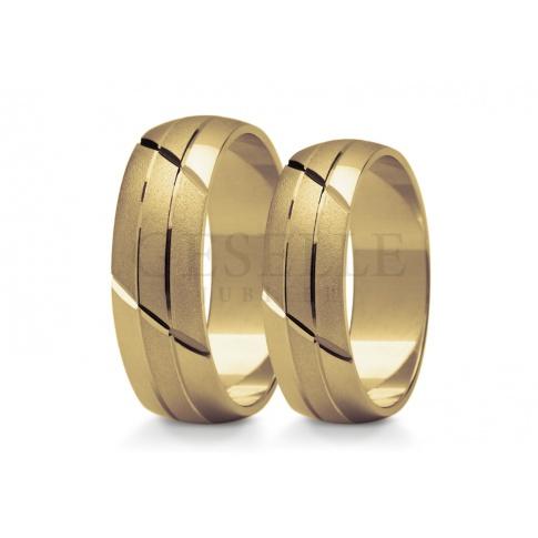 Niebanalne obrączki ślubne z żółtego złota ozdobione geometrycznym wzorem