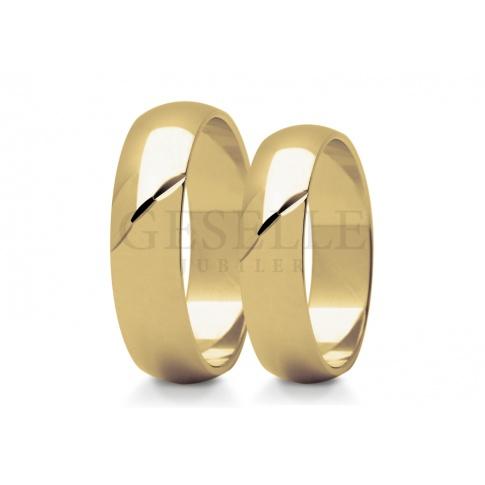 Zachwycające obrączki ślubne z żółtego złota w klasyczny wzór ozdobiony diamentowanym ukośnym nacięciem