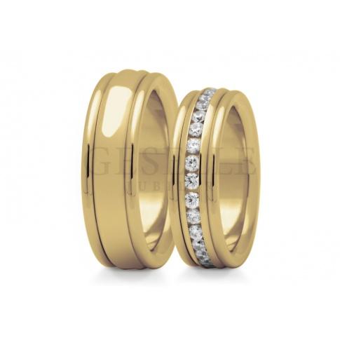 Gjawiskowy komplet obrączek ślubnych ze złota - wnętrze obrączki zdobi rząd cyrkonii Swarovski ELEMENTS lub wiecznych brylantów