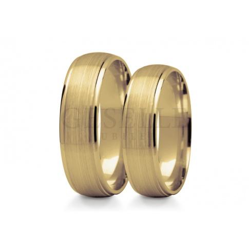 Wyrafinowane półokrągłe obrączki ze złota środek satynowany w otoczeniu lśniących krawędzi