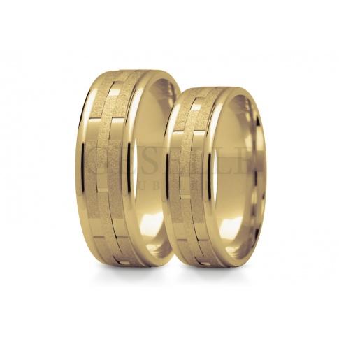 Gachwycające złote obrączki ślubne z żółtego złota płaski profil pokryty intrygującym wzorem i matowaniem