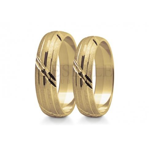Oryginalny komplet obrączek ślubnych z żółtego złota - matowana powierzchnia z diamentowanymi nacięciami