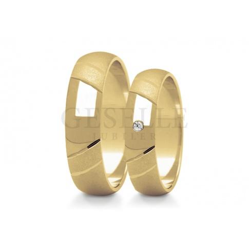 Eleganckie obrączki ślubne z żółtego złota - polerowana część ozdobiona cyrkonią swarovskiego lub brylantem