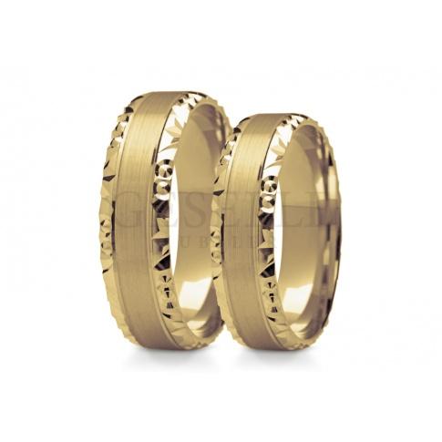 Ujmująca para złotych obrączek ślubnych wykonanych z złota subtelne wnętrze otoczone efektownym wzorem na brzegach