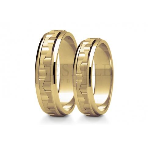 Nowoczesna para obrączek ślubnych z złota o ciekawej strukturze i wykończeniu