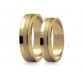 Efektowne obrączki ślubne z żółtego złota w próbie 585 - lśniąca baza ozdobiona matowanym paskiem
