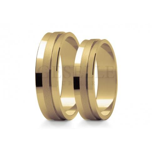 Efektowne obrączki ślubne z żółtego złota - lśniąca baza ozdobiona matowanym paskiem