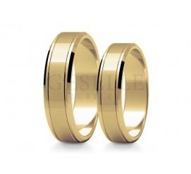 Eleganckie obrączki ślubne z żółtego złota w próbie 585 całość polerowana z dwoma subtelnymi nacięciami