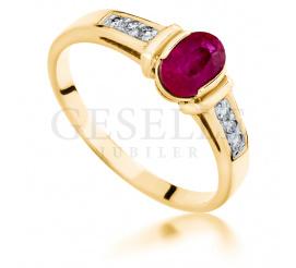 Złoty pierścionek zaręczynowy z owalnym rubinem i sześcioma brylantami