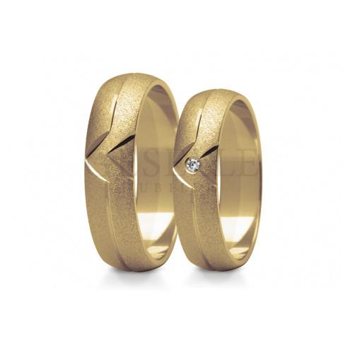Urokliwa para obrączek do ślubu z klasycznego złota, efektowne nacięcia matowana powierzchnia i lśniący brylant lub cyrkonia Swarovski Elements