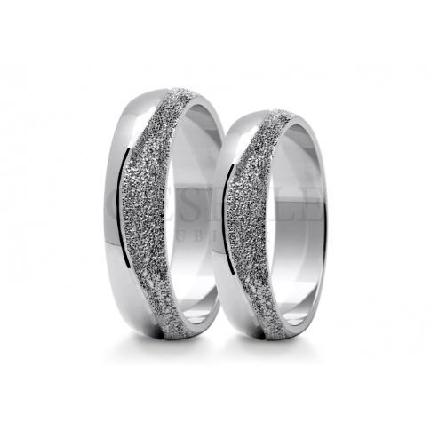 Wyjątkowa para obrączek ślubnych nawiązująca kształtem do klasyki zdobiona falą z młotkowanego kruszcu