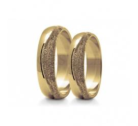 Olśniewający komplet obrączek do ślubu z klasycznego złota przyozdobiony falą z matowanego kruszcu