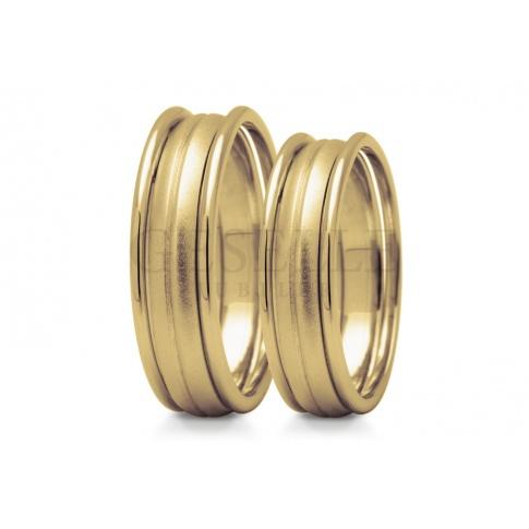 Niebanalne obrączki ślubne z klasycznego kruszcu łączą w sobie trzy oderębne obręcze