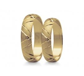 Efektowne obrączki ślubne z żółtego złota próby 585 kształtem nawiązują do klasyki zachwycają lśniącym zdobieniem