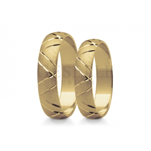 Efektowne obrączki ślubne z żółtego złota kształtem nawiązują do klasyki zachwycają lśniącym zdobieniem