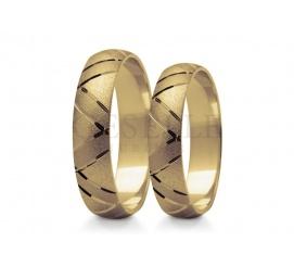 Pełne blasku złote obrączki ślubne z żółtego złota z bogato zdobioną szyną