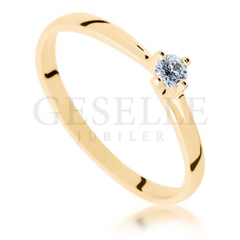 W romantycznym stylu - subtelny, złoty pierścionek zaręczynowy z żółtego złota z brylantem 0.10 ct