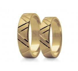 Piękna para obrączek do ślubu z diamentowanymi nacięciami oraz matowaniem - obrączki stowrzone ze złota pr. 585