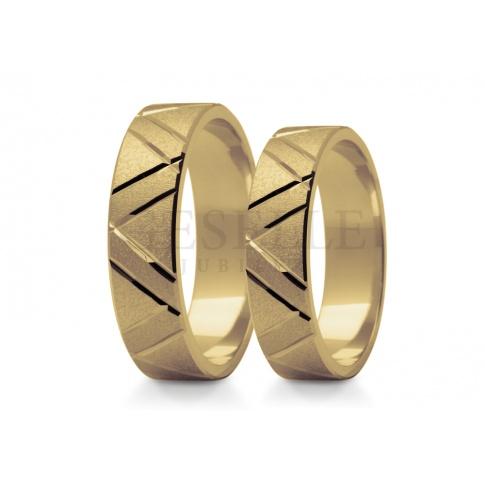 Piękna para obrączek do ślubu z diamentowanymi nacięciami oraz matowaniem - obrączki stowrzone ze złota