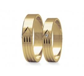 Niebanalny duet obrączek ślubnych z żółtego złota - lśniąca powierzchnia ozdobiona subtelnymi nacięciami oraz cyrkonią lub brylantem