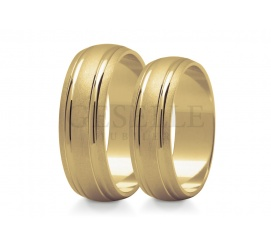 Zjawiskowa para obrączek ślubnych z żółtego złota w próbie 585 - matowa baza ozdobiona lśniącymi paskami