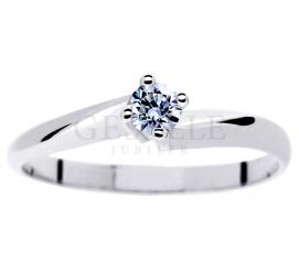 Czarujący pierścionek zaręczynowy z brylantem 0.15 ct - białe złotoz kolekcji Klasycznej