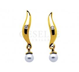 Delikatna para kolczyków - złote kolczyki z lśniącymi diamentami o szlifie brylantowym i perłami hodowlanymi