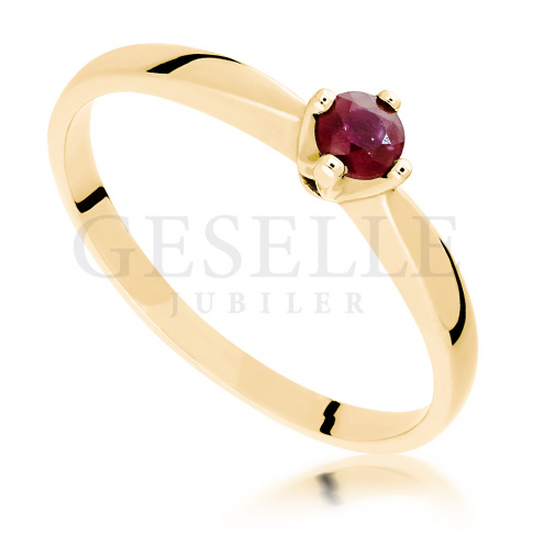Ponadczasowy złoty pierścionek z okrągłym rubinem zamkniętym w czterech łapkach