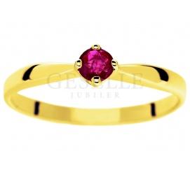 Ponadczasowy złoty pierścionek z okrągłym rubinem zamkniętym w czterech łapkach pr. 585
