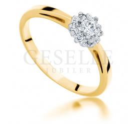 Urzekający pierścionek na zaręczyny - złoto próby 585, siedem brylantów, romantyczny kształt kwiatu