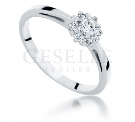 Romantyczny pierścionek zaręczynowy z białego złota z siedmioma brylantami