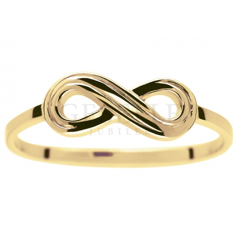 Popularny złoty pierścionek infinity - nieskończoność - najmodniejszy w sezonie