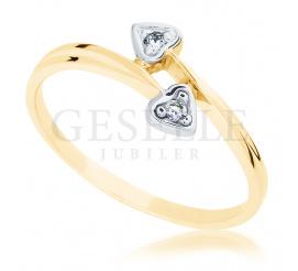 Delikatny pierścionek zaręczynowy ze złota w romantycznym stylu - serduszka i wieczne brylanty o łącznej masie 0.03 ct