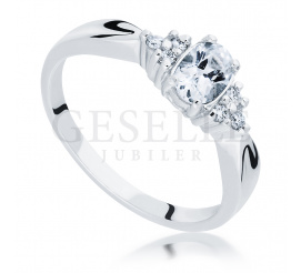 Oryginalny pierścionek zaręczynowy z białym szafirem i brylantami o łącznej masie 0.09 ct