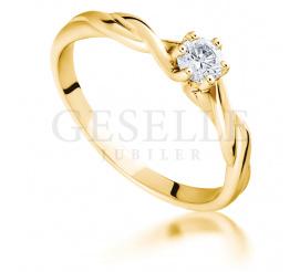 Niezwykły pierścionek zaręczynowy ze skręconą szyną i brylantem 0,17 ct
