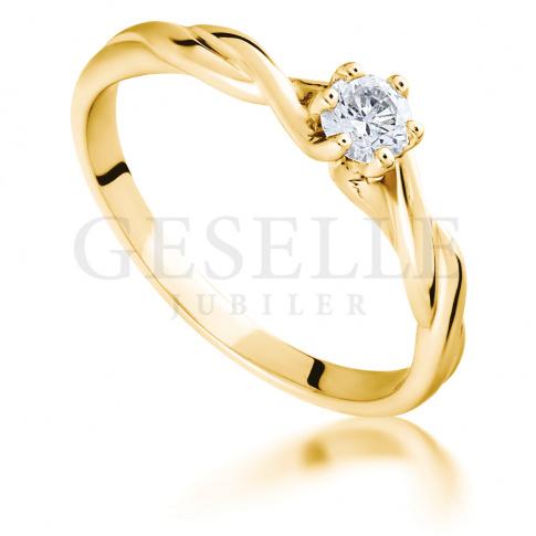 Niezwykły pierścionek zaręczynowy ze skręconą szyną i brylantem 0.15 ct