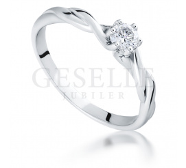 Urzekający pierścionek z brylantem 0.17 ct z oryginalną szyną w kształcie skręconej linki