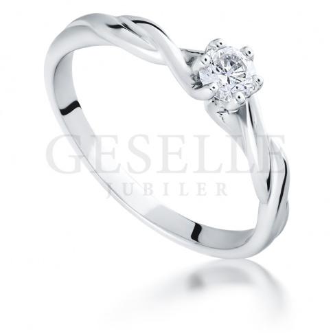 Urzekający pierścionek z brylantem 0.15 ct z oryginalną szyną w kształcie skręconej linki