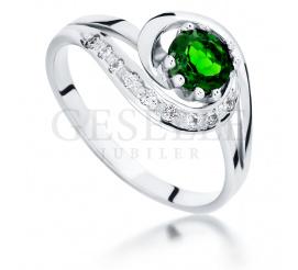 Retro pierścionek zaręczynowy z zielonym, okrągłym diopsydem i brylantami 0,09 ct - białe złoto próby 585