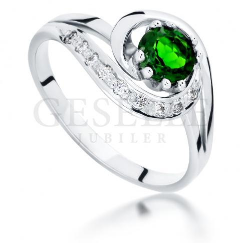 Retro pierścionek zaręczynowy z zielonym, okrągłym diopsydem i brylantami 0.09 ct - białe złoto