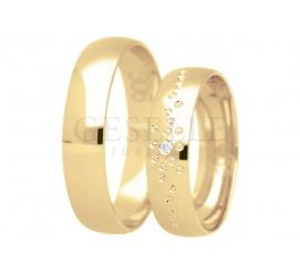 Złota para oryginalnych obrączek ślubnych z klasycznego złota z lśniącą cyrkonią i ozdobnymi detalami