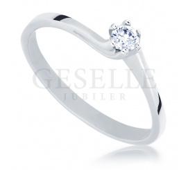 Klasyczny pierścionek zaręczynowy z brylantem o masie 0.13 ct oprawionym w sześć łapek