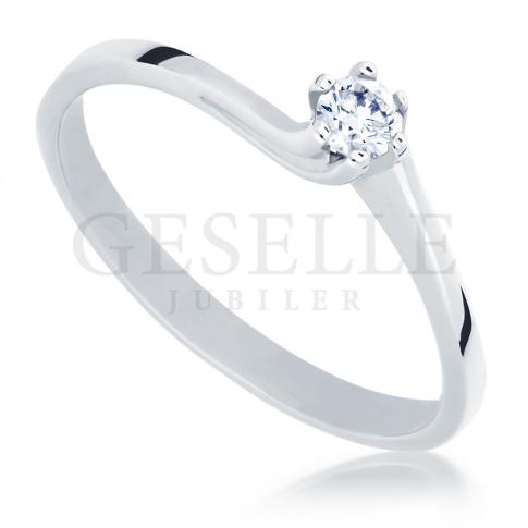 Klasyczny pierścionek zaręczynowy z brylantem o masie 0,10 ct oprawionym w sześć łapek