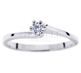 Klasyczny pierścionek zaręczynowy z brylantem o masie 0,13 ct oprawionym w sześć łapek