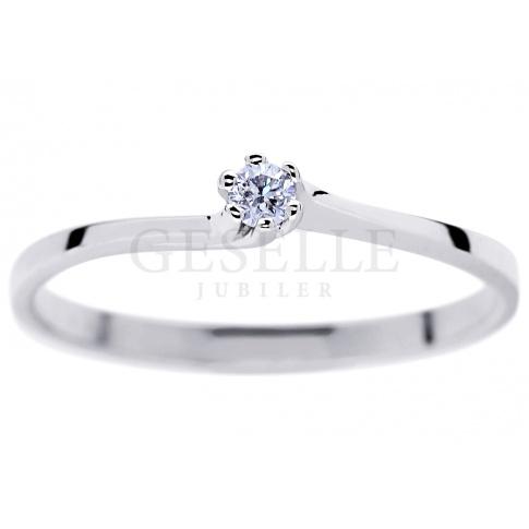 Elegancki pierścionek zaręczynowy z brylantem 0.05 ct z oryginalną szyną